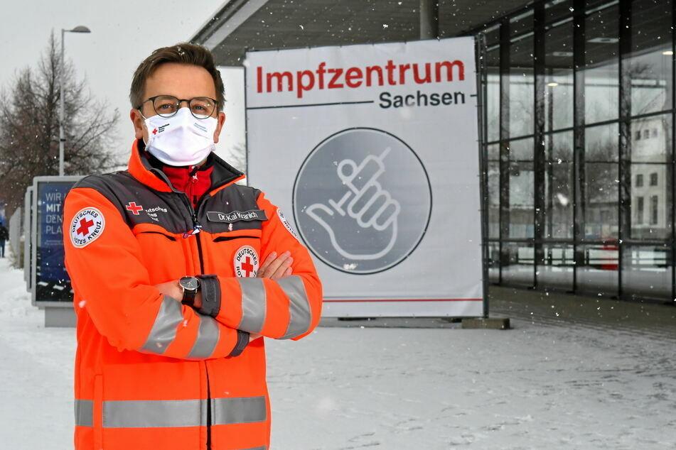 DRK-Sprecher Dr. Kai Kranich vor dem Dresdner Impfzentrum auf der Messe. Dieses ist seit Januar im Betrieb.