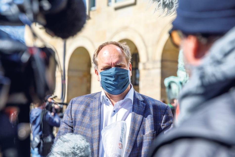 OB Dirk Hilbert bei der Verteilung von Gratis-Masken am Rathaus.