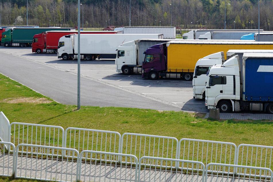 Betrunkener Lkw-Fahrer verwüstet Autobahn-Parkplatz