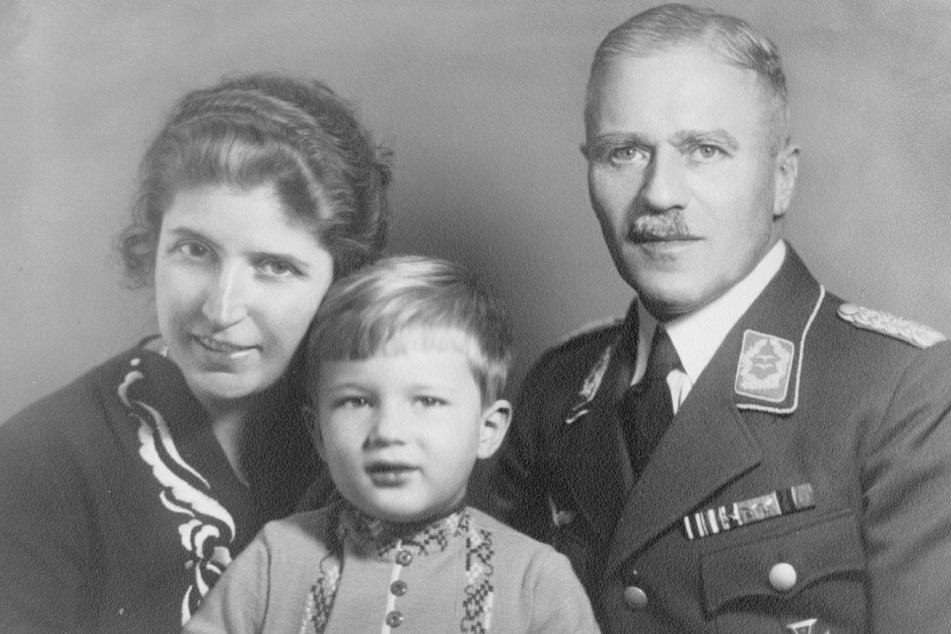 Das Familienfoto hat den Krieg überlebt: Hans-Dieter Grabe Ende der 1930er Jahre mit seinen Eltern.