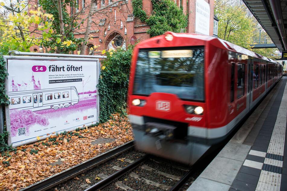 """Eine S-Bahn fährt in den Bahnhof Hasselbrook ein, in dem ein Plakat mit der Aufschrift """"S4 fährt öfter!"""" hängt. Der Bau der neuen S-Bahn-Linie S4 (Ost) zwischen Hamburg-Altona und Bad Oldesloe hat begonnen."""