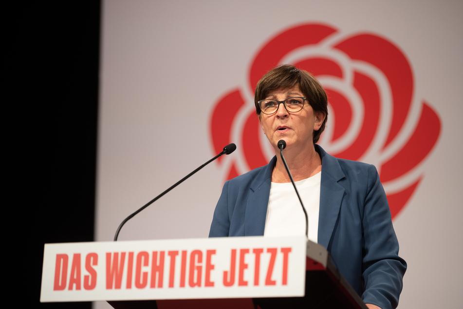 Vor dem Corona-Spitzengespräch am Mittwoch fordert SPD-Chefin Saskia Esken (59) eine Entlastung der Schulen durch Wechselunterricht - also Klassenteilung und abwechselndes Lernen zu Hause und in der Schule.