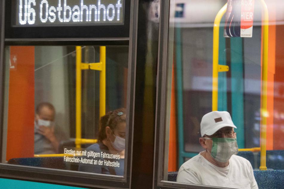 Fahrgäste mit Mundschutz in einer Frankfurter U-Bahn.