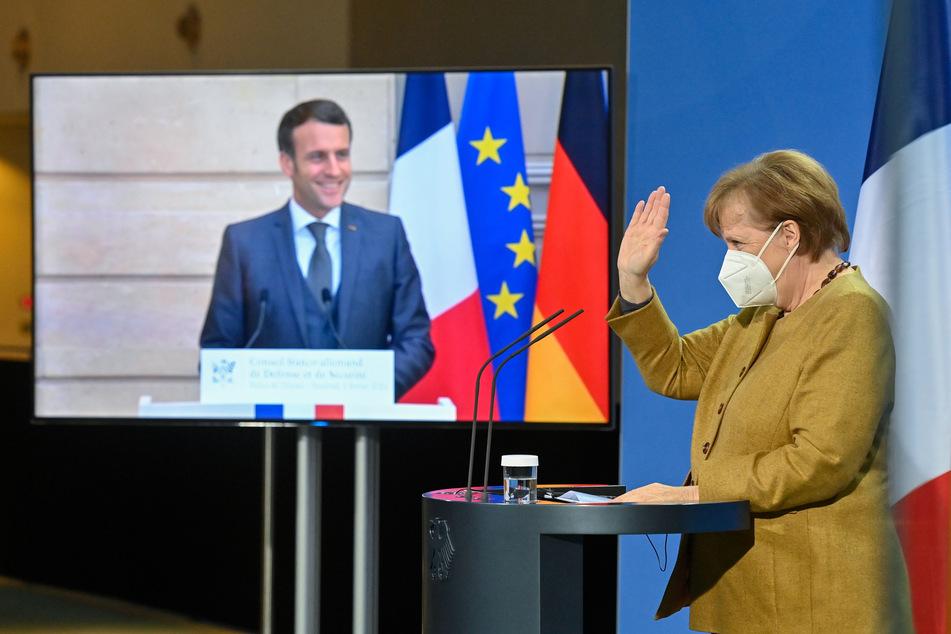 Bundeskanzlerin Angela Merkel (66, CDU) winkt dem französischen Präsidenten Emmanuel Macron (43) am Ende einer Pressekonferenz nach einem deutsch-französischen Sicherheitsrats-Videogespräch.