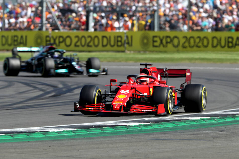 Vordergrund: Charles Leclerc (23) aus Monaco vom Team Scuderia Ferrari. Hintergrund: Lewis Hamilton (36) aus Großbritannien vom Team Mercedes.