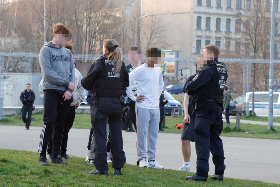 Chemnitzer Polizisten sprechen mit Jugendlichen amKonkordiapark.