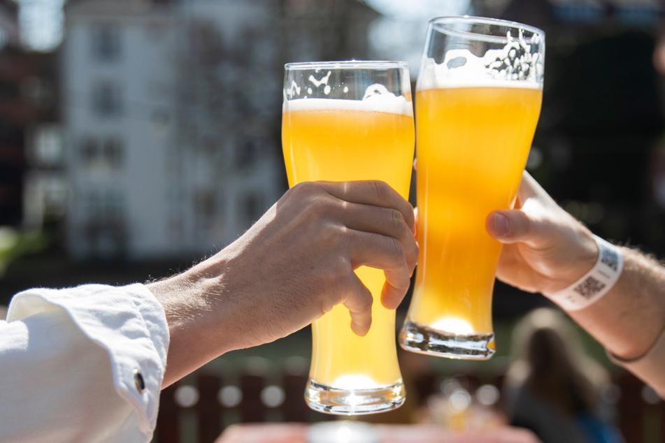 Sachsens Bierbrauer hoffen auf baldige Lockerungen in der Gastronomie und die Möglichkeit auf ein kühles Bier im sommerlichen Biergarten.