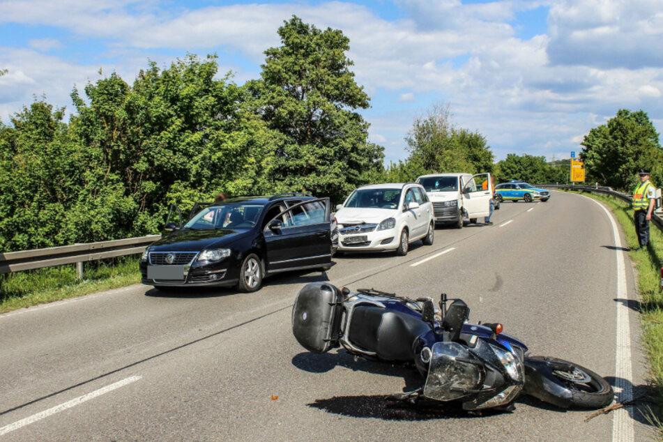 Weil Autofahrer plötzlich bremst: Biker schwer verletzt!