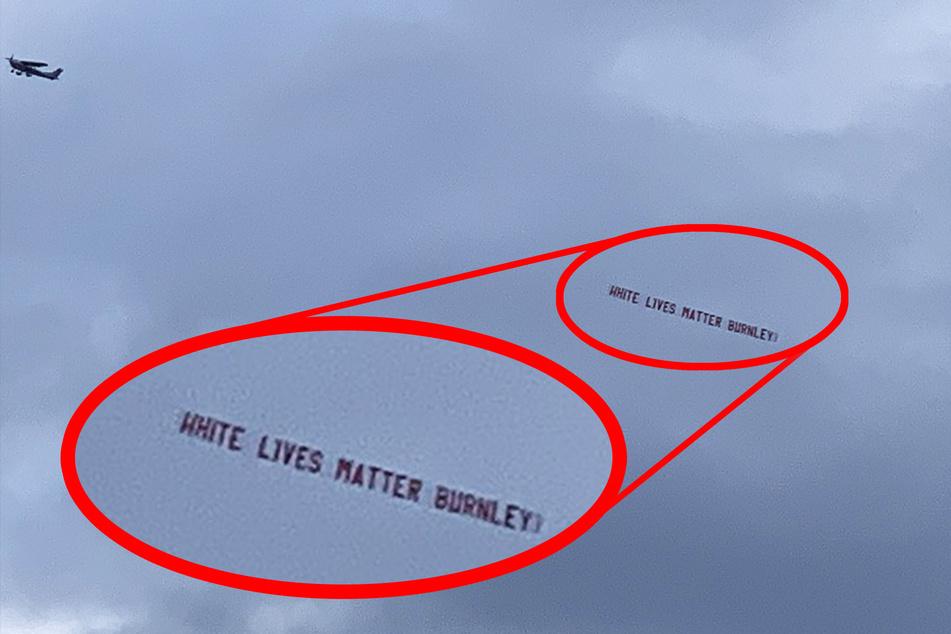 """""""White Lives Matter Burnley"""" (Weiße Leben zählen, Burnley) stand auf einem Banner, das von einem Flugzeug kurz vor dem Match gegen Manchester gezogen wurde."""