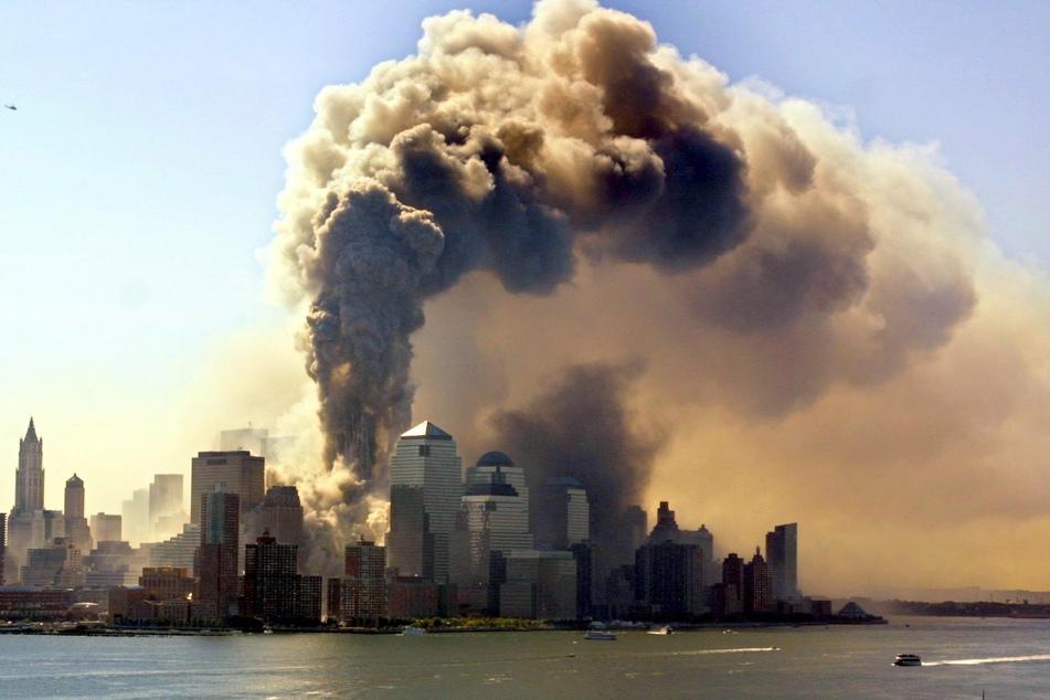 Rauchschwaden über New York City: Am 11.09.2001 flogen zwei Flugzeuge in die Türme des World Trade Centers. (Archivbild)