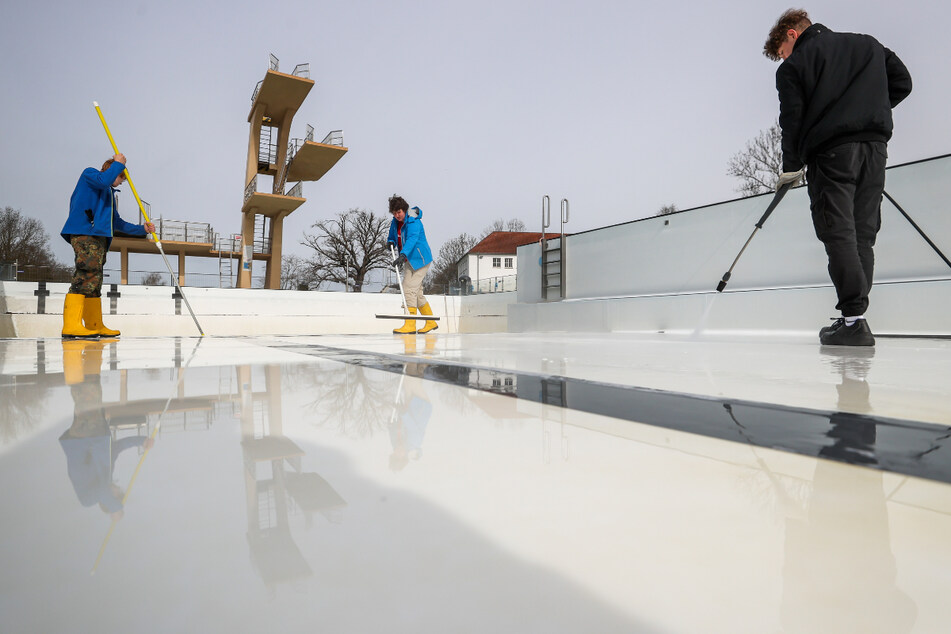 Im Nordbad in Halle wird schon fleißig das Becken vorbereitet. Die Aussichten für die kommende Saison sind indes noch ungewiss.