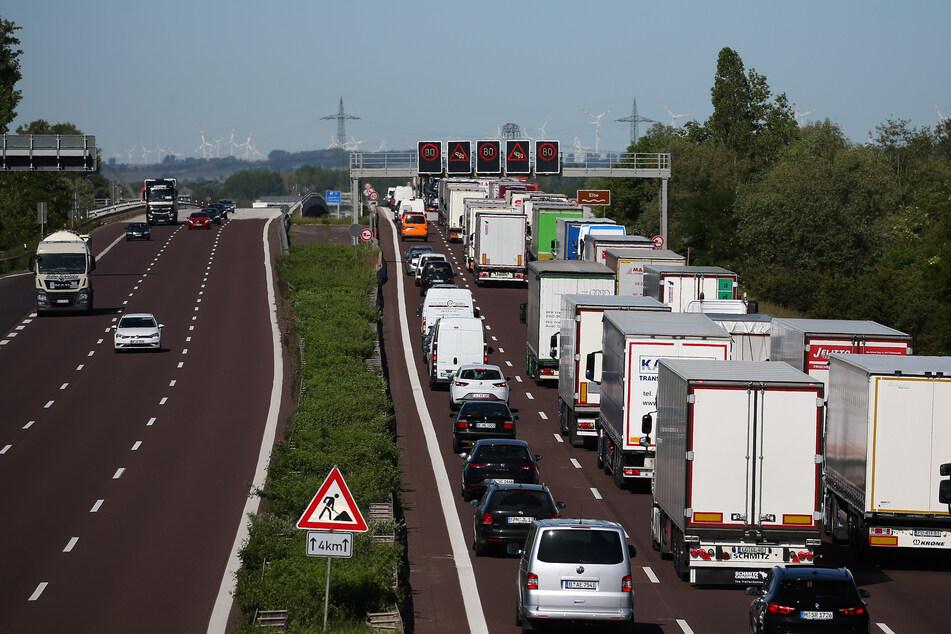 Lastwagen dürfen in NRW bis zum 18. Januar auch an Sonn- und Feiertagen fahren (Archivbild).