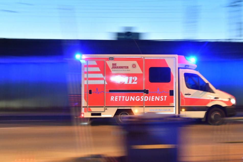Autofahrer verwechselt Gas- und Bremspedal: Beifahrerin verletzt