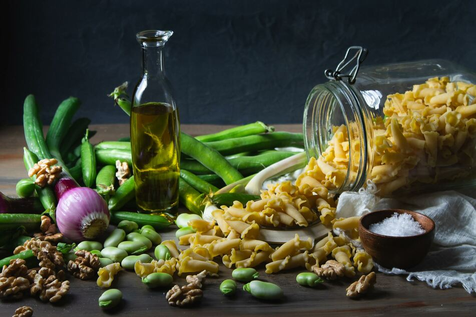 Nussöle wie Walnussöl oder Erdnussöl verfeinern Gerichte mit ihrem tollen würzigen Geschmack.