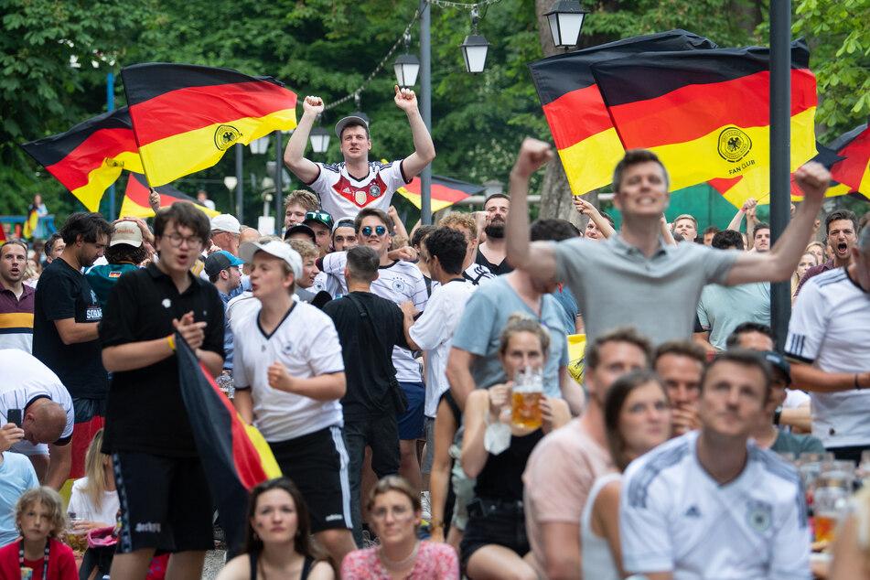 Die Münchner Biergärten waren während des EM-Spiels Portugal-Deutschland am Samstag gut gefüllt.