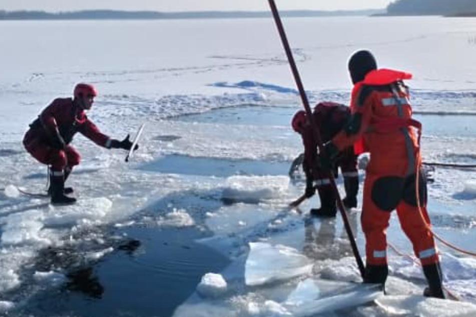 Tragödie beim Winterbaden: Mann stirbt unter dem Eis