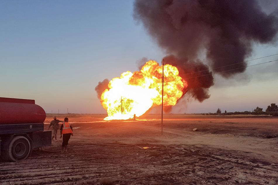 Flammen steigen aus der explodierten Gas-Pipeline auf.