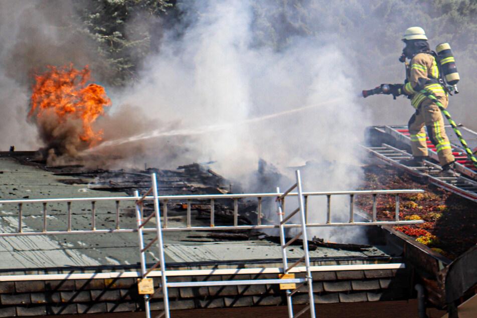 Dachstuhl in Flammen: Mehrere Feuerwehrleute bei Großeinsatz verletzt
