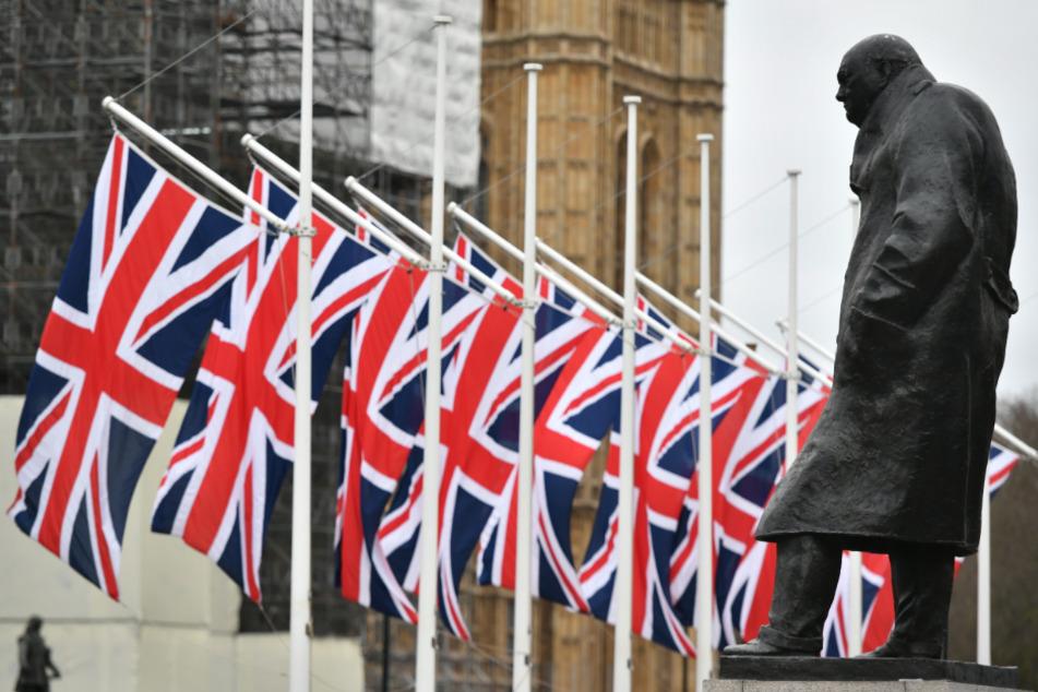 Nach BlackLivesMatter-Protesten: Churchill-Statue komplett verhüllt