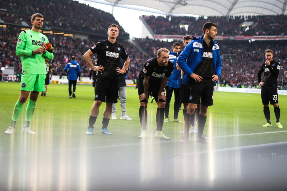 In Stuttgart: Spieler vom Karlsruher SC bedanken sich nach 0:3-Pleite bei den mitgereisten KSC Fans.