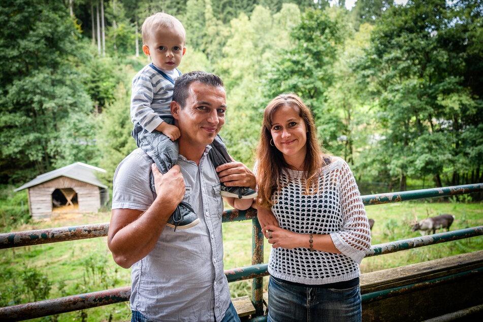 Franziska Nicklich (34) und Mario Kaufmann (37) genießen mit Sohn Lino ihren Ausflug in den Tierpark von Waschleithe.
