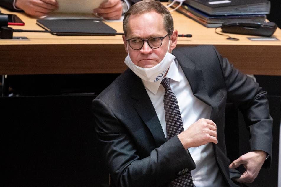 Michael Müller (56, SPD), Regierender Bürgermeister von Berlin, sitzt bei der Sondersitzung im Berliner Abgeordnetenhaus.