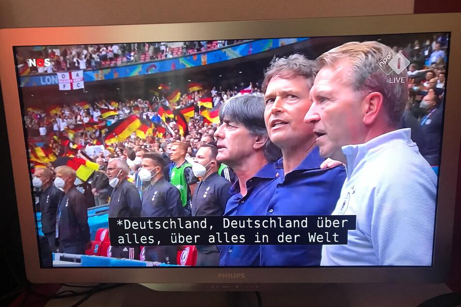 Die ersten zwei Strophen der deutschen Nationalhymne sind zwar nicht verboten, werden jedoch heute in der Regel nicht mehr gesungen.
