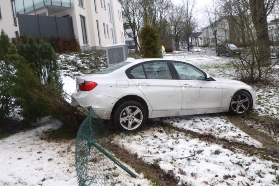 Zaun-Unfall mit 5 Promille! Autofahrer versucht, torkelnd zu fliehen