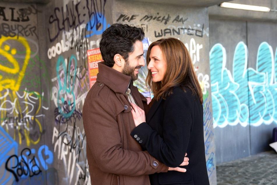 In einem innigen Moment werden Katrin und Tobias von Melanie beobachtet.
