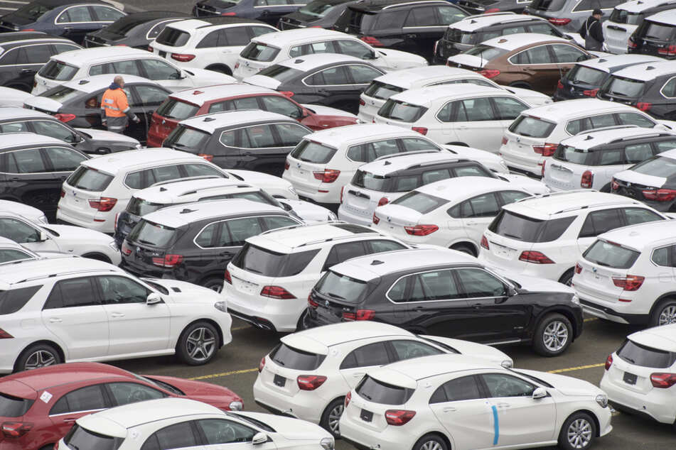Neuwagen von Mercedes-Benz und BMW stehen auf einem Autoterminal. (Archivbild)