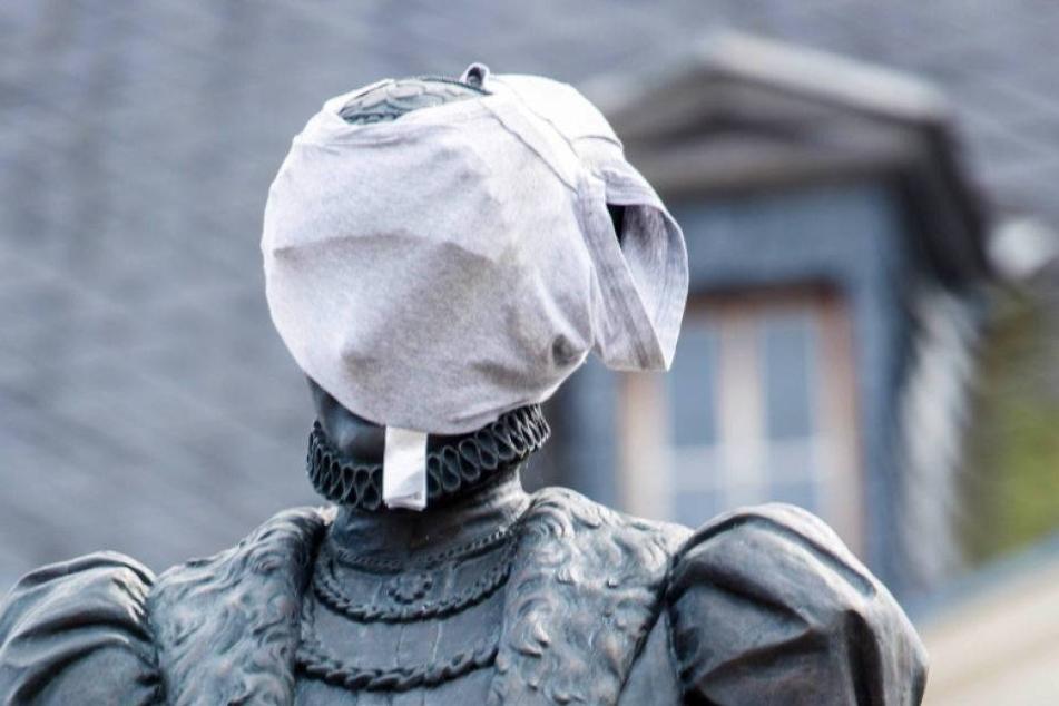 Warum hat das Uthmann-Denkmal einen Schlüpfer im Gesicht?
