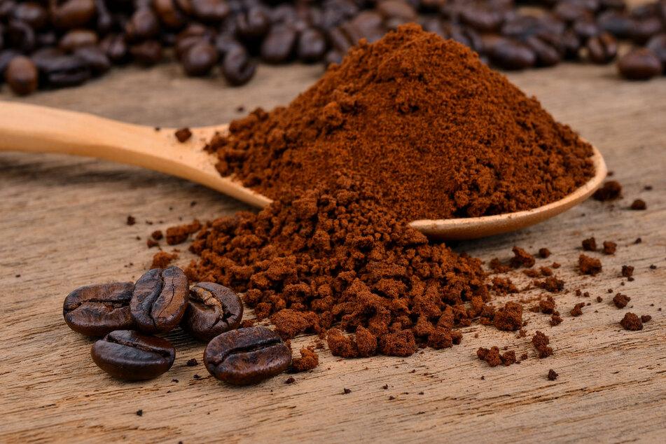 Kaffeepulver hilft gegen schlechte Gerüche im Kühlschrank.