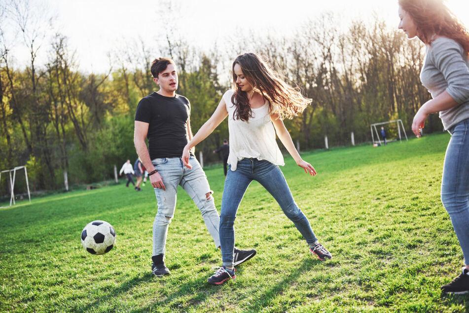 Männer und Frauen vereint: Im niederländischen Amateurfußball ist das ab der kommenden Saison erlaubt.