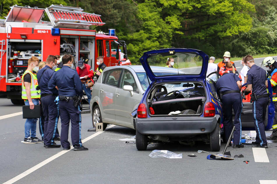 Überholmanöver endet mit Crash: Familienvater in Lebensgefahr, Tochter (14) schwer verletzt