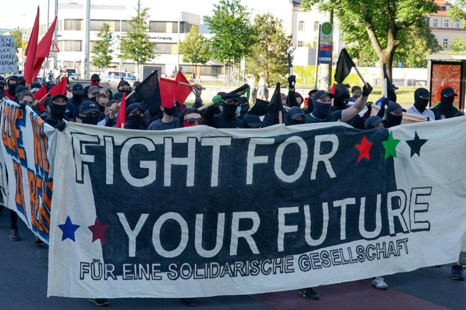 """Unter dem Motto """"Fight for your Future"""" zogen am Montagabend über 400 Demonstranten durch den Leipziger Süden."""
