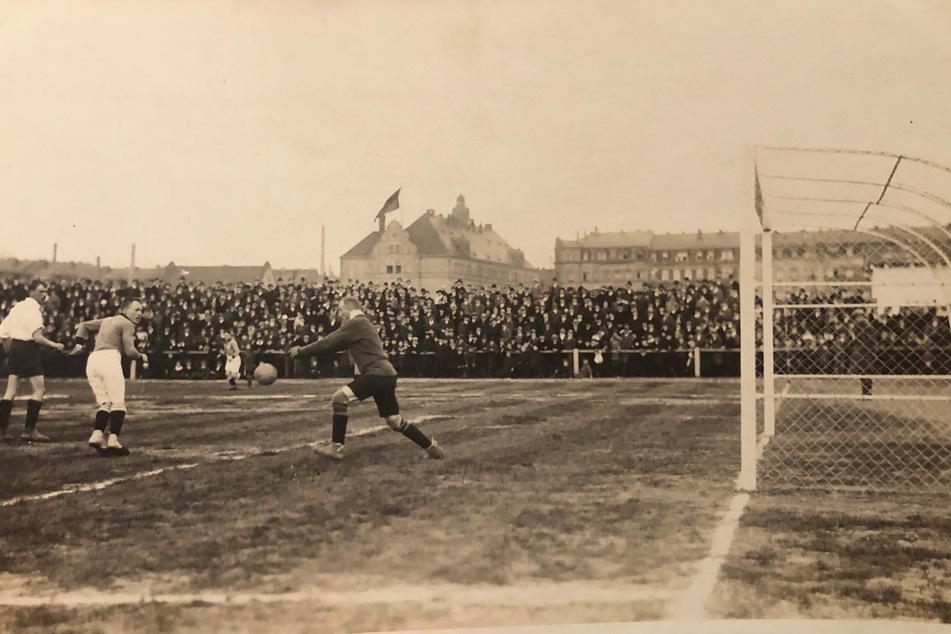 14.000 Besucher drängelten sich am 20. März 1921 auf den Traversen, als die Gastgeber dem FC Bayern ein Remis abrangen.