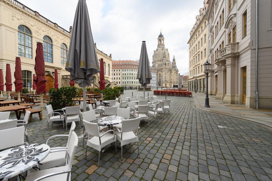 Freisitze von Restaurants sind auf dem Neumarkt vor der Frauenkirche aufgestellt.