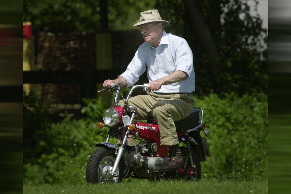 Prinz Philip, Herzog von Edinburgh, fährt auf einem Mini-Motorrad bei der Royal Windsor Horse Show im Mai 2002 vor. Der britische Prinz feiert am 10. Juni 2020 seinen 99. Geburtstag.
