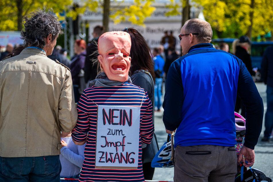 Das Thema Impfung treibt die Menschen in Deutschland, Österreich und der Schweiz um. Impfgegner machen ihren Bedenken häufig Luft, so wie hier in Schwerin bereits im Mai 2020.