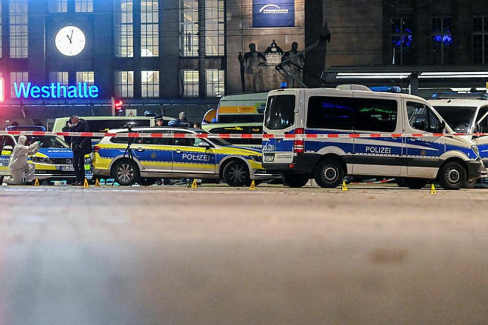 Die Polizei hat den Tatort weiträumig abgesperrt, Kriminaltechniker sichern Spuren.