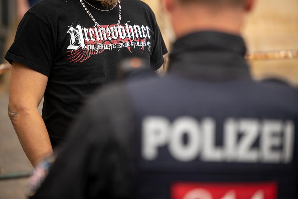 """Eisenach in Thüringen: Ein Teilnehmer einer von einem NPD-Funktionär im vergangenen Juli angemeldeten Demonstration trägt ein T-Shirt mit der Aufschrift """"Ureinwohner"""" während er von einem Polizisten kontrolliert wird. (Symbolfoto)"""