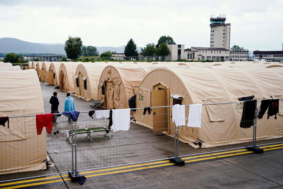 Aus Afghanistan evakuierte Menschen im Zeltlager der Air Base in Ramstein. Rund 12.000 warten dort noch auf ihre Weiterreise.