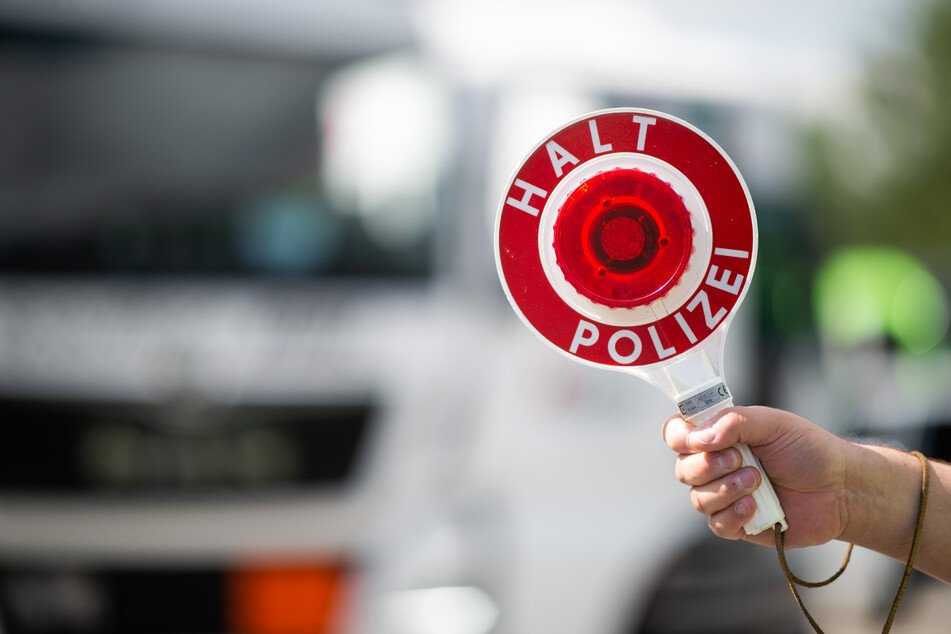 Der Laster-Fahrer geriet in eine Polizeikontrolle. Da kam er auf eine wenig schlaue Idee. (Symbolbild)