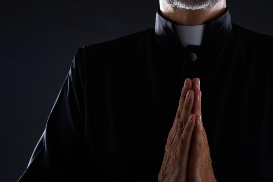 Treiben mit Folgen! Pastor beim Dreier auf Kirchenaltar erwischt