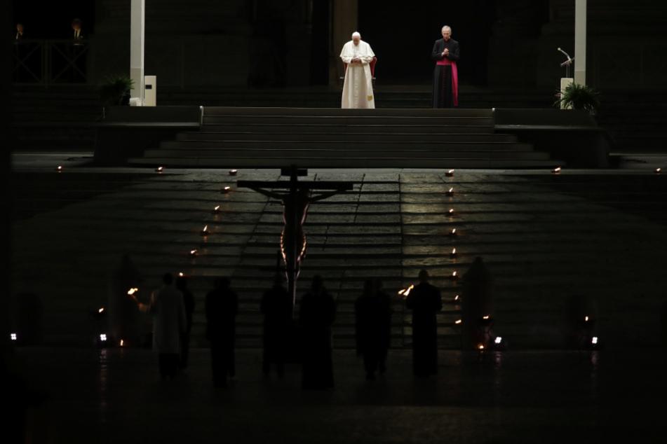 Vatikanstadt: Papst Franziskus leitet am Karfreitag die Zeremonie der Via Crucis - oder Kreuzweg - auf dem Petersplatz.