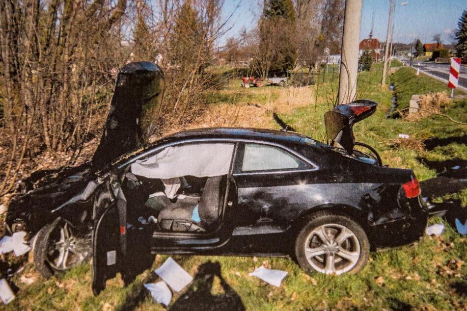 Der Audi des Räubers landete auf der Flucht vor der Polizei in einer Hecke.
