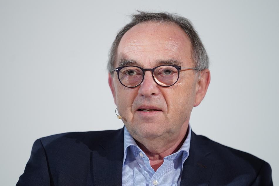 Norbert Walter-Borjans, SPD-Vorsitzender, warnt unmittelbar vor den Beratungen neuer Anti-Corona-Maßnahmen mit Bundeskanzlerin Merkel (CDU), dass die Schritte nicht greifen könnten.
