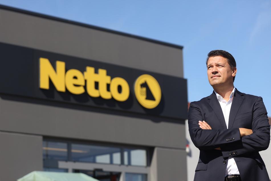 Geschäftsführer Ingo Panknin der Handelskette Netto ApS & Co. KG steht vor einer Netto-Filiale.