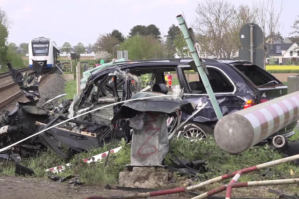 Nach Horror-Crash mit Zug in Grevenbroich: Autofahrer war auf der Flucht vor der Polizei!