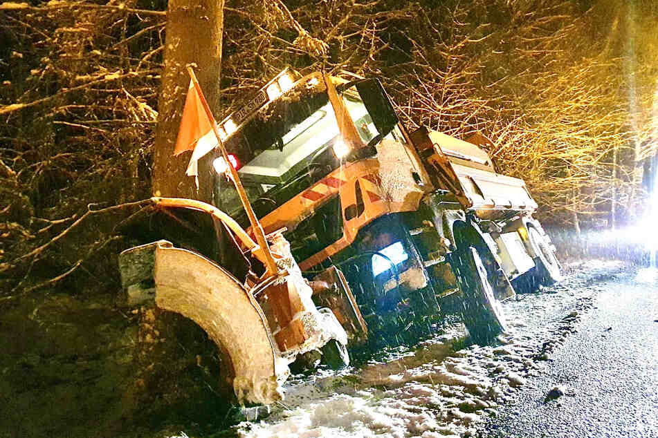 Selbst ein Fahrzeug vom Winterdienst (Straßenmeisterei Altenberg) ist am Ortsausgang Breitenau in den Graben gerutscht.